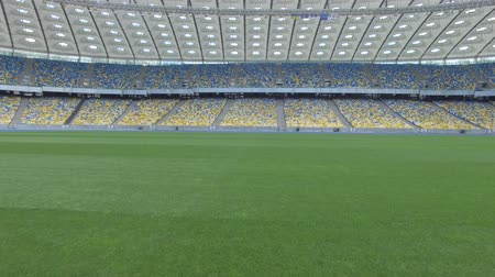 forma : Flying above grass on a small height inside huge modern empty stadium. Kyiv Olympic stadium, Ukraine Vídeos