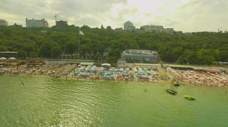 branqueamento : Aerial View. Popular %u0441ity beach. Many sun umbrellas at the coast