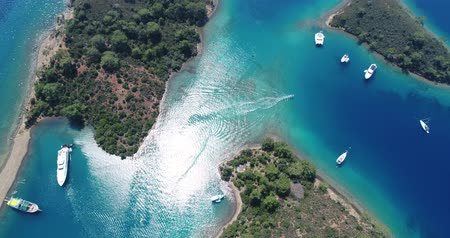 turecko : Amazing aerial view of crystal clear blue water. Turkey.