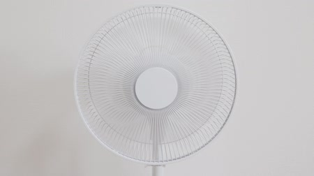 фэн : A fan that rotates and stops