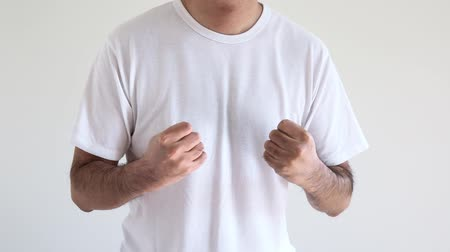 sem camisa : A man raising his fist clenched