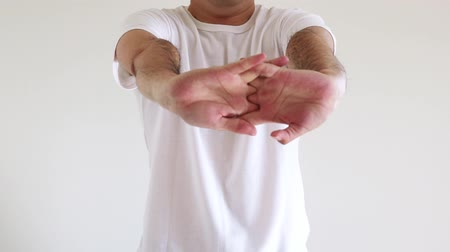 megvitatása : Men stretching both hands and stretching lightly