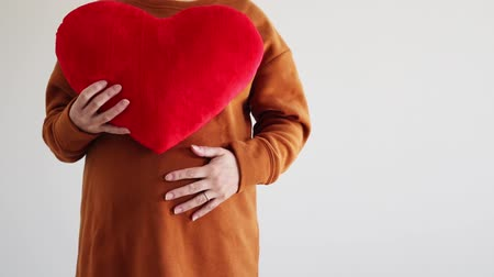 magánélet : Pregnant woman with big stomach and heart cushion