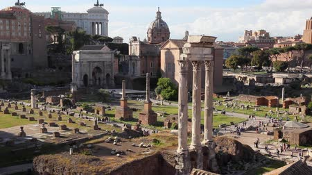 palatine : Archaeological Area of ??the Palatine, with the center, three columns of the Temple of the Dioscuri. Stock Footage