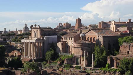palatine : Archaeological area of ??the Roman Forum, crowded with visitors. In the center of Divo Romolos Temple, on the left Antoninos Temple and Faustina Stock Footage