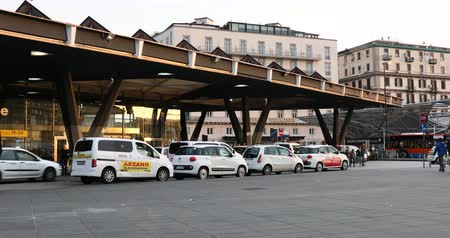 neapol : Naples, Italy - April 17, 2019: Piazza Garibaldi, taxi ranks in front of the train station. Taxi lined up in front of the central station. Wideo