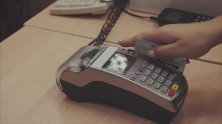 karta kredytowa : Credit card sale transaction, swiping card through terminal machine Wideo