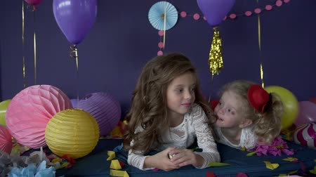 сестра : Two pretty baby girls sisters kissing and celebrating on birthday party Стоковые видеозаписи