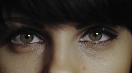 olhos verdes : Brunette opening her green eyes in extreme close up