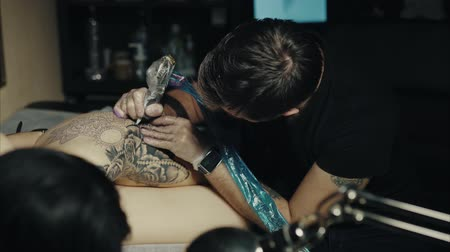 tatuagem : Tattoo artist make tattoo at the studio Stock Footage