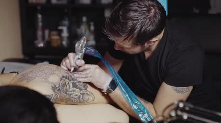 tetoválás : Tattoo artist make tattoo at the studio Stock mozgókép