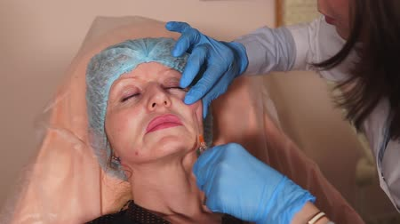 лечит : A plastic surgeon introduces a adult woman to the filleting needle using a cannula needle. The procedure field of the channels follows the reabilitating period so that the skin heals from scarring