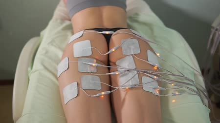fizjoterapeuta : Close up lady at electro stimulation therapy. Electro bio stimulation of legs. Rejuvenate therapy. Hardware cosmetology.