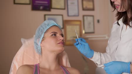 yaşlanma : Doctor preparing facial injection and consultating female patient. Rejuvenate injection cosmetology.