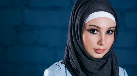 atenção : Close up view of attractive muslim woman in hijab with expressive piercing glance. Modern muslim people