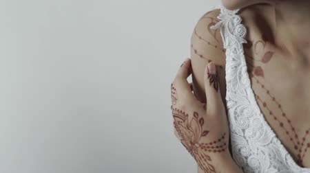 аксессуары : close up shot of the body of a young woman, the lady has on her shoulders and hands a tattoo of henna, the adock has decorated himself with mehendi Стоковые видеозаписи