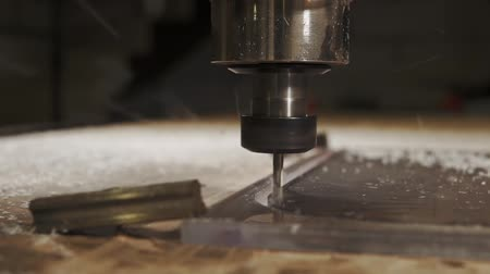 estação de trabalho : close up shot of an electric milling machine that deals with the cutting of parts on a plastic surface, this technique has a numerical program control Stock Footage