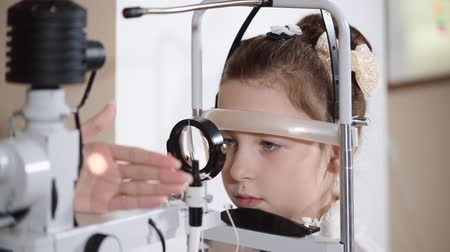 wzrok : the ophthalmologist is engaged Biomicroscopy of an eye, the procedure allows to study a status of a vitreous, the doctor directs in an eye light
