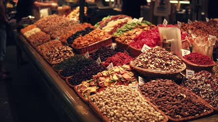avelã : Wide choice of different nuts and dried fruits on bazaar display. Beautiful texture.