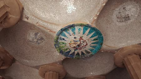 pilíře : Fantastic and unusual decoration from ceramic pieces on ceiling of old building. The ceiling of the hall of hundred columns in Park Guell