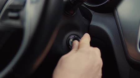 стартер : Close-up shot of a man putting his car keys into socket and starting the engine. Mans hand with car keys. Igniting car. Стоковые видеозаписи