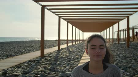 Yoga girl meditating outdoor on beach. Stok Video