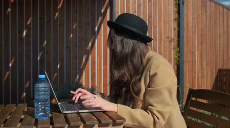 Blogger travaillant en plein air sur un ordinateur portable.