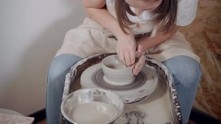 esculpir : Professional potter working with ceramic.