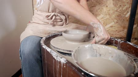 esculpir : Work of potter on a wheel.