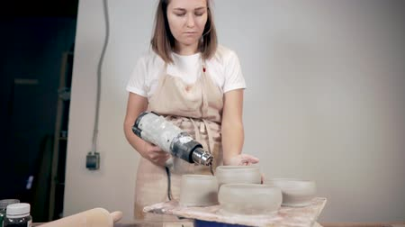 esculpir : Potter using dryer for her ceramic products. Vídeos