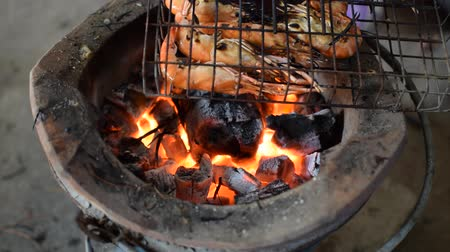 krewetki : Grilled shrimp (Giant freshwater prawn) grilling with charcoal