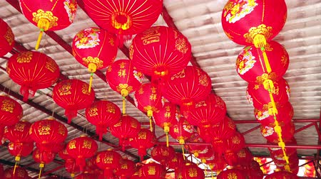 clipe de papel : Red Chinese lantern hanging in joss house or Chinese temple, for celebrate Chinese New Year festival, 4k ultra HD slow motion. Vídeos