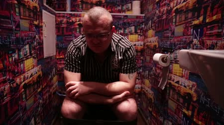 общественный : Man sitting in WC, showing fuck