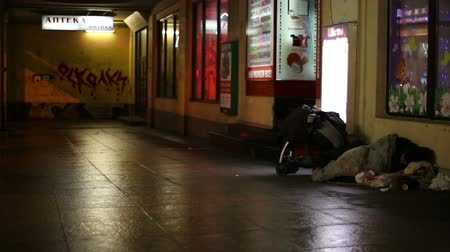 hajléktalan : Homeless sleeping on the street