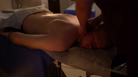 plecy : Mens beauty salon. Back massage. Wideo