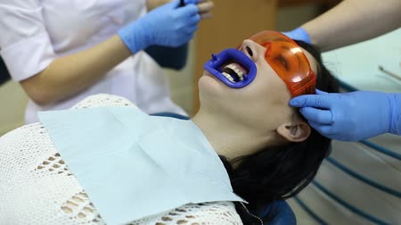 çekme : Dentist Puts Safety Glasses Woman