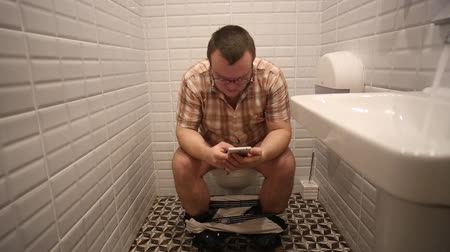 уборная : Man In Toilet Using Smart Phone