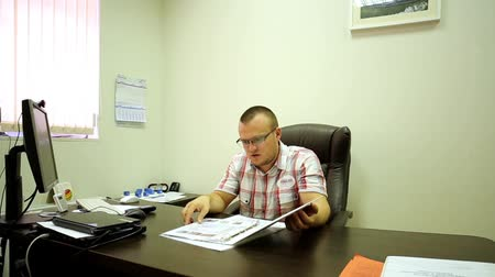 periódico : Man Reading Catalog In Office