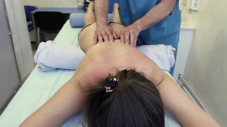 física : Physiotherapy. The doctor doing massage of female back Vídeos