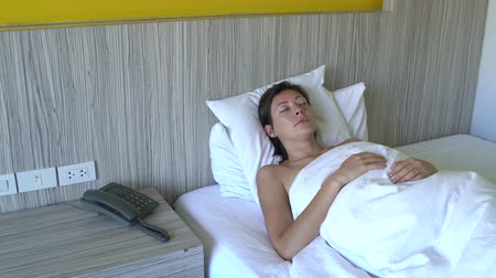 adormecido : Woman asleep in bed in the hotel