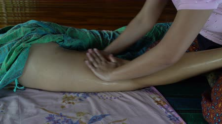 akupresura : Massage of feet with oil. Thai massage