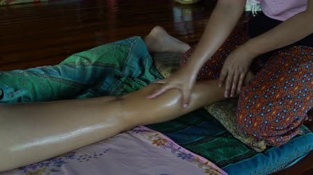 akupresura : Masseuse massages a womans leg. Thai massage with oil