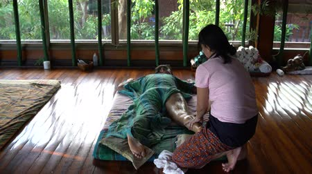 akupresura : A Thai masseuse makes a womans foot massage.