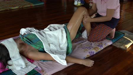akupresura : Woman doing foot massage Wideo