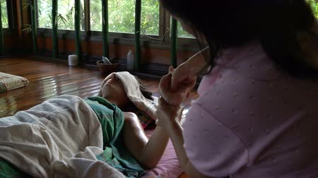 akupresura : Thai hand massage with oil
