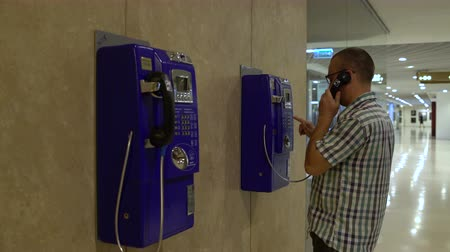 frustração : A man coming to the telephone and calls Stock Footage