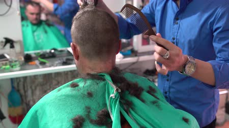 corte de cabelo : A mans hair is cut in the hairdressers