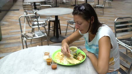 thali : Street Indian food Thali. A woman eats rice with a traditional Indian tortilla Stock Footage