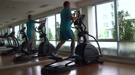 şartlar : The man was in the Hall for an elliptical exerciser