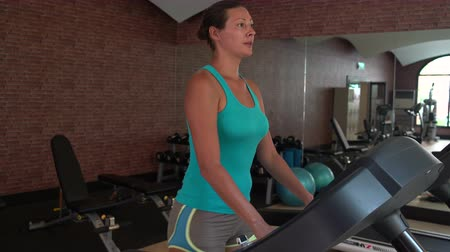 tornacipő : A woman at the gym on the treadmill deals
